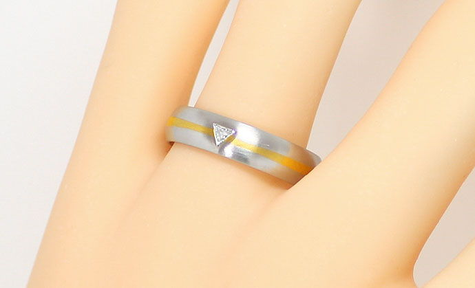 Foto 5, Ring mit 0,07ct River Triangel Diamant, Platin und Gold, S9070